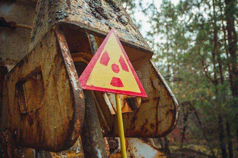 Utstrålningstecken - triangulärt varnande gult tecken av utstrålningsfaran i zonen av radioaktivt nedfall i den Pripyat staden royaltyfri foto