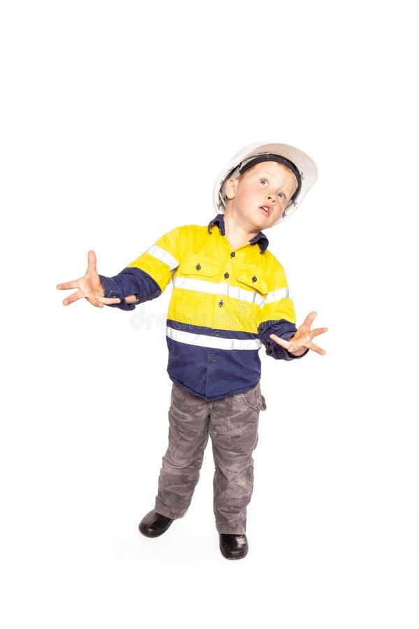 Utstr?ckt roll f?r unga blonda caucasian pojkeh?nder som spelar som en frustrerad byggnadsarbetarearbetsledare arkivbilder