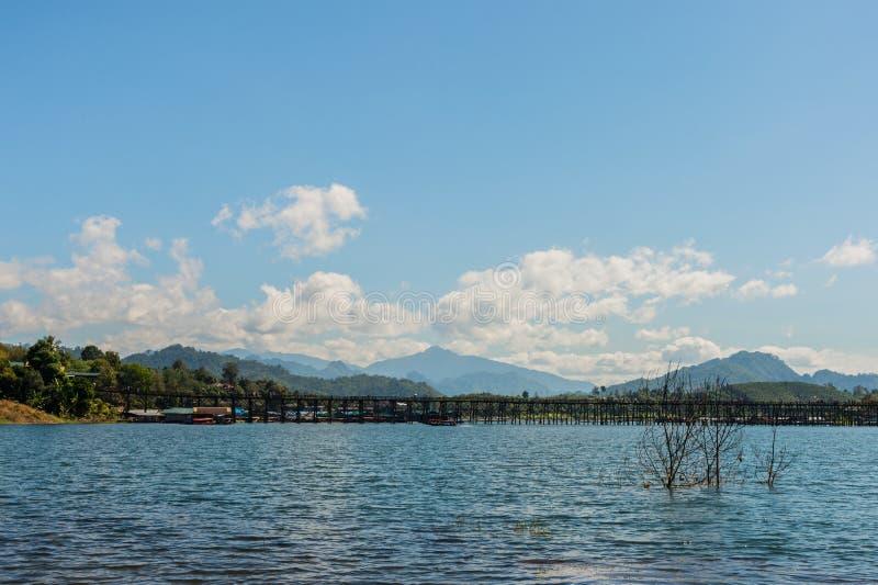 Uttamanusorn bro eller måndag bro med reflexion på floden och blå himmel i det Sangkhlaburi området, Kanchanaburi landskap, Thail royaltyfri foto