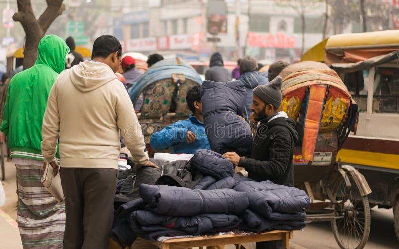 Uttara, Dhaka, Bangladesz - 21 grudnia 2019 r. : uliczny hawker sprzedający zimowe ubrania w Uttara, Dhaka, Bangladesz fotografia royalty free