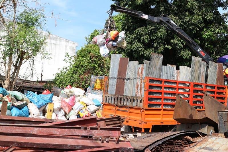 Uttaradit, Ταϊλάνδη, στις 4 Μαΐου 2019 Οι γερανοί χωρίζουν τα απόβλητα χάλυβα ή ανοξείδωτου για την ανακύκλωση στοκ φωτογραφία με δικαίωμα ελεύθερης χρήσης