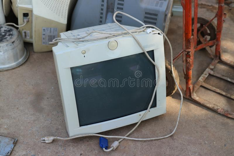 Uttaradit, Таиланд, 4-ое мая 2019, внутренние антикварные магазины имеет сломленный компьютер кладя на пол стоковое изображение rf