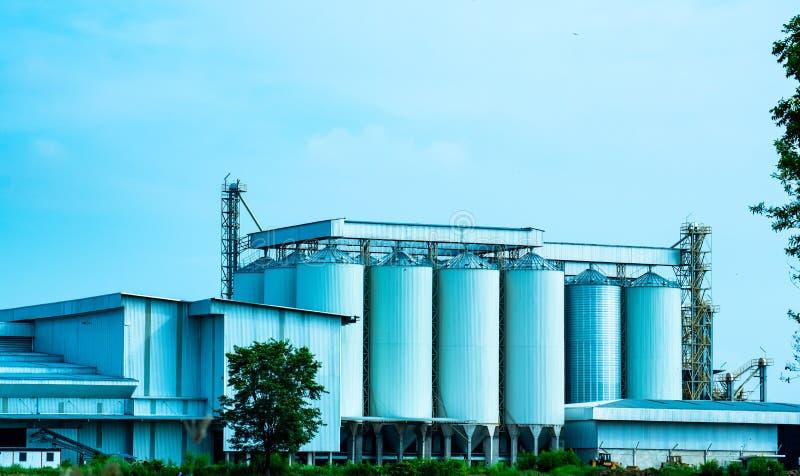 Uttaradit, Tailandia, mayo 26,2018: Construcción de fábrica local y cielo azul hermoso en el campo de Tailandia foto de archivo