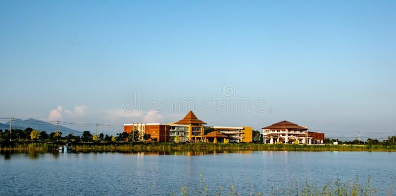 Uttaradit, Tajlandia, Październik 29,2018: Budynek Uttaradit Rajchabhat niebieskiego nieba i uniwersyteta tło za lokalnym jeziore obrazy stock