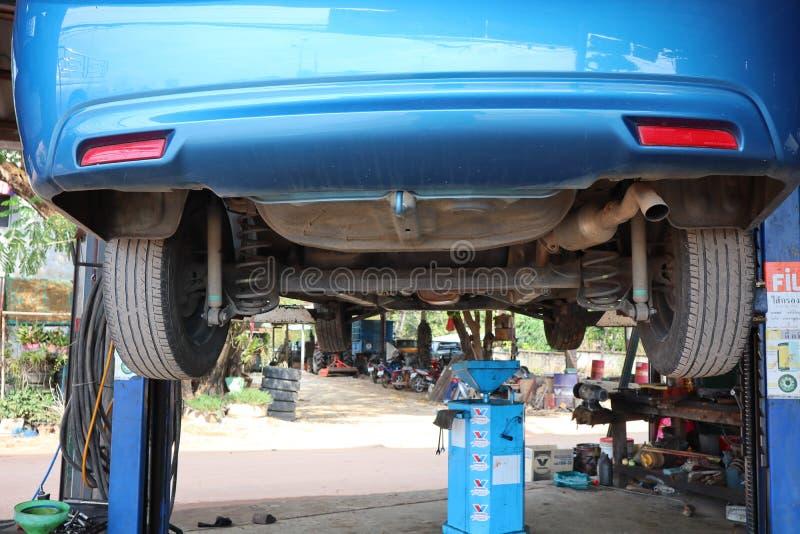 Uttaradit Thailand, Maj 4, 2019, system att kontrollera botten av omsorgen f?r bil f?r bilolja?ndring, garage, repairman arkivbild