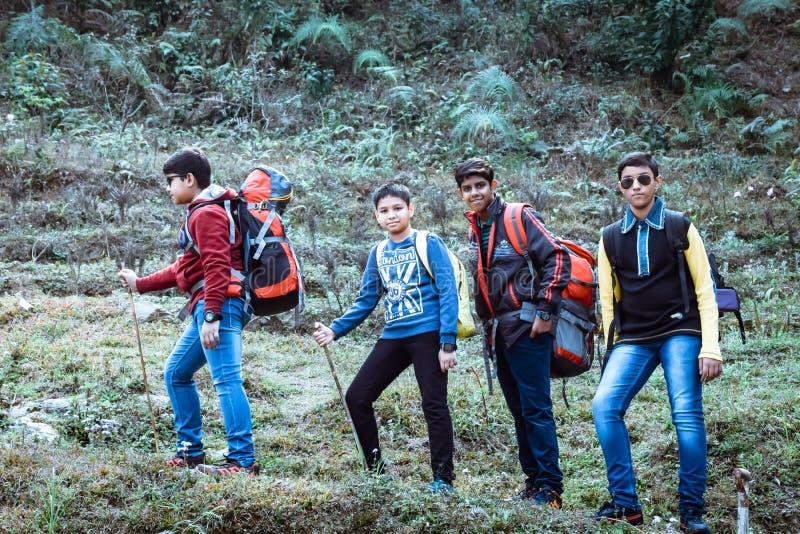 Uttarakhand, Индия, 1-ое октября 2018 - дети Малолетки вне для того чтобы исследовать мир вокруг их Прогулка вдоль узкого леса стоковые изображения rf