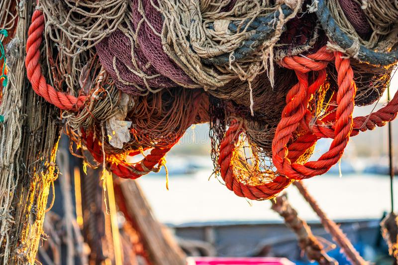 Uttorkningfisknät på trålaren royaltyfria foton