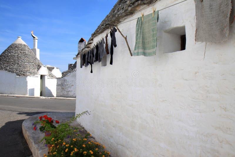 Uttorkningtvätteri på trulloen i Alberobello, Italien arkivbilder
