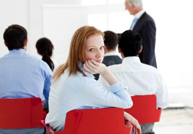 uttråkad affärskvinnakonferens royaltyfri foto