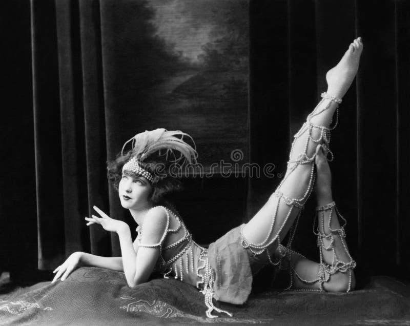 Uttråkad dansare som poserar i prydd med pärlor dräkt (alla visade personer inte är längre uppehälle, och inget gods finns Levera royaltyfri fotografi