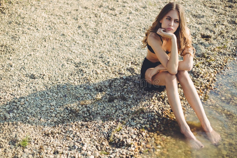 Uttråkad flicka på stranden royaltyfri foto