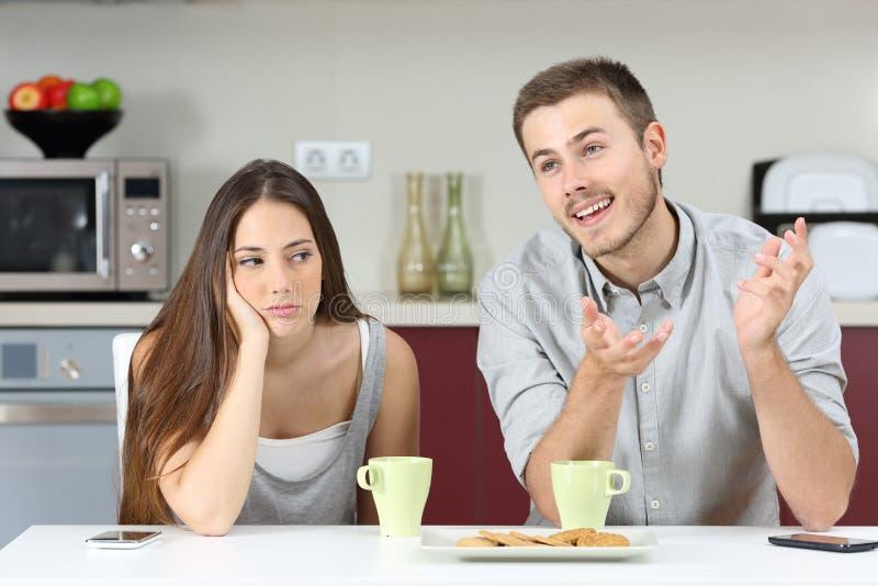 Uttråkad fru som hör hennes makesamtal fotografering för bildbyråer