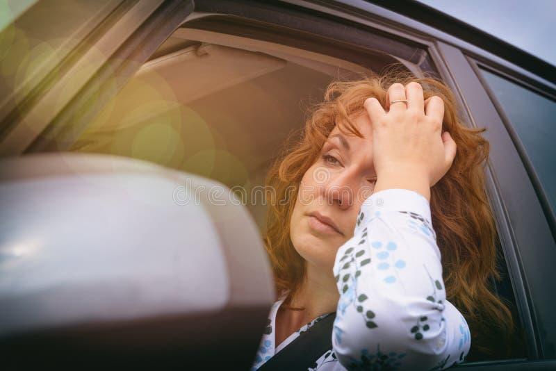 Uttråkad kvinna i trafikstockningen royaltyfria foton