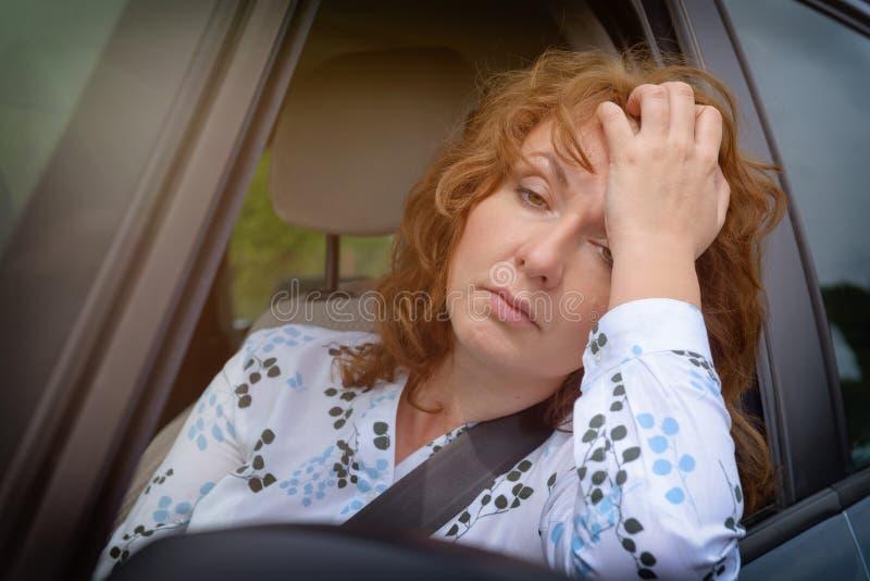 Uttråkad kvinna i trafikstockningen arkivbilder