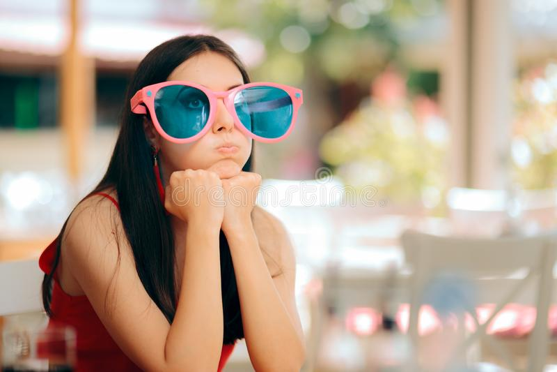 Uttråkad kvinna med roliga stora partiexponeringsglas som har ingen gyckel royaltyfria foton