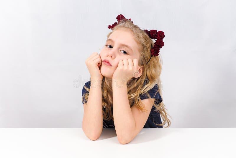 Uttråkad liten flicka som ser mig fotografering för bildbyråer