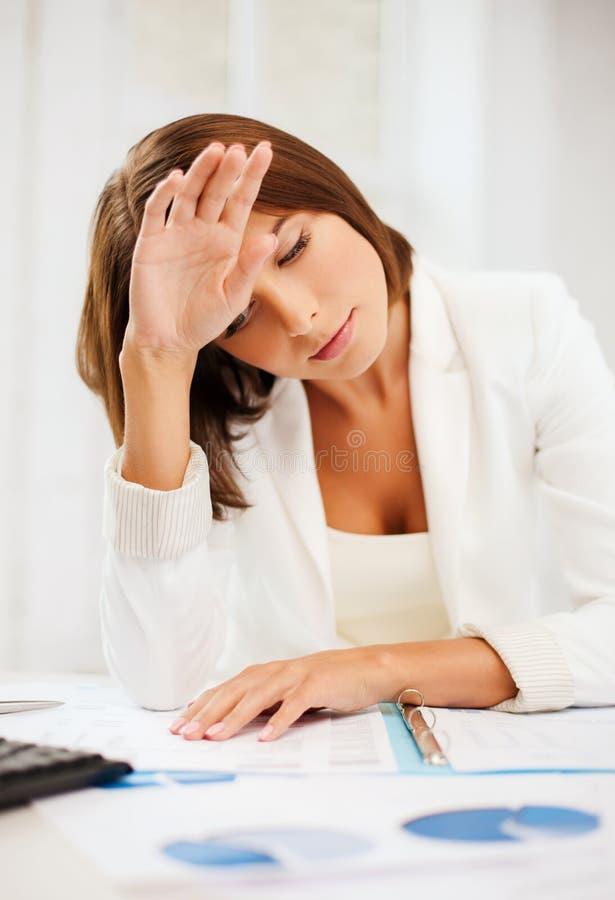 Uttråkad och trött kvinna med dokument royaltyfria foton