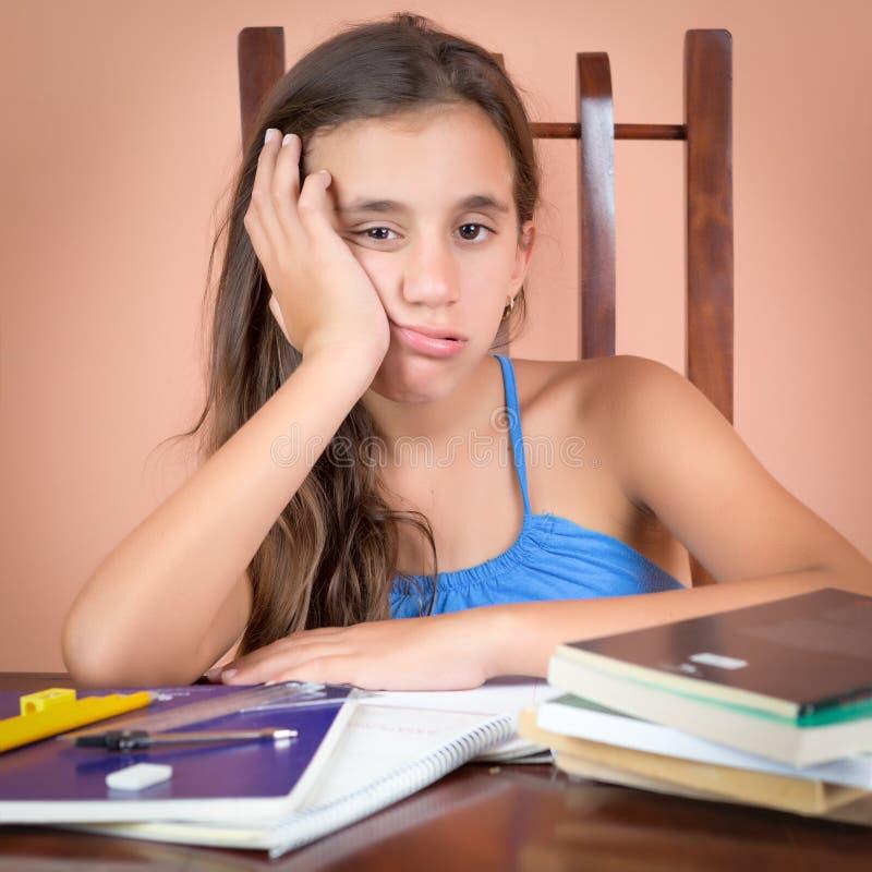 Uttråkad och trött latinamerikansk student royaltyfri bild