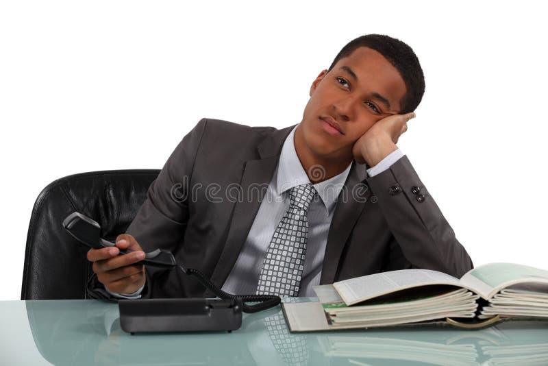 Uttråkad telefonförsäljningsarbetare arkivbilder
