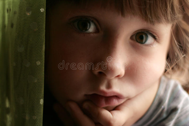 uttråkat dagdrömma för barn som är SAD arkivbild