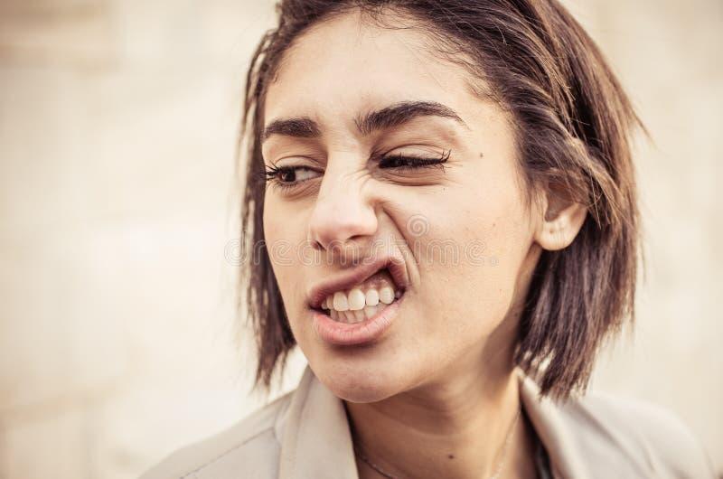 Uttryck för kvinnadanandeavsmak arkivfoto
