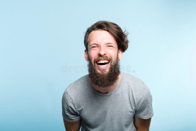 Uttryck för man för lyckanjutningskratt skäggigt royaltyfri fotografi