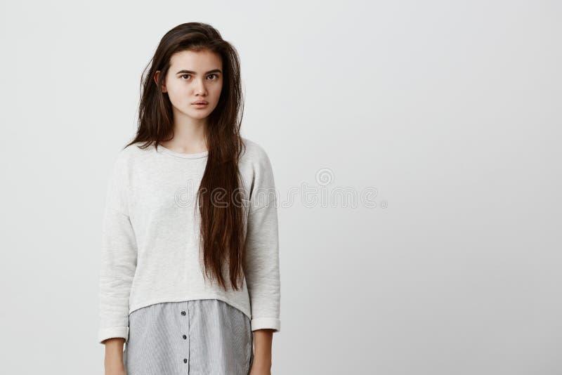 Uttryck och sinnesrörelser för mänsklig framsida Fundersam ung härlig kvinnlig med mörkt långt rakt hår i tillfälliga kläder fotografering för bildbyråer