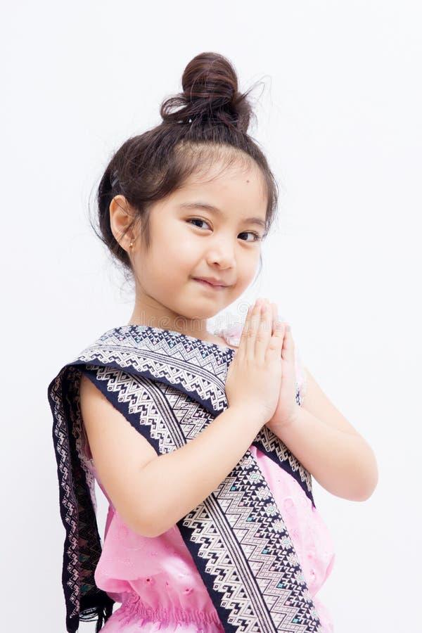 Uttryck Sawasdee för Liitle asiatiskt barnvälkomnande royaltyfria foton