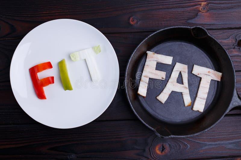 Uttrycka färdigt som snidas av grönsaker på plattan och fettet som snidas av bac arkivbild
