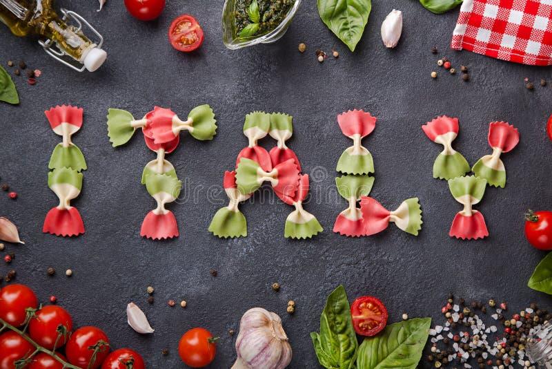 Uttrycka Italien från farfallepasta med körsbärsröda tomater, vitlök, basilika, pesto, pepparblandningen, salt och servetten fotografering för bildbyråer