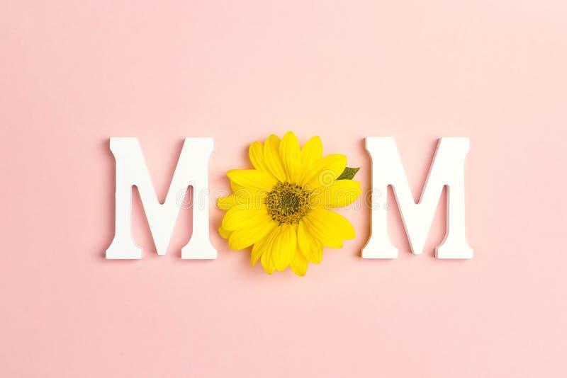 Uttrycka mamman med gula solrosor p? rosa bakgrund Fostra det dag- eller f?r dagen f?r kvinna` s begreppet f?r ` s royaltyfria foton