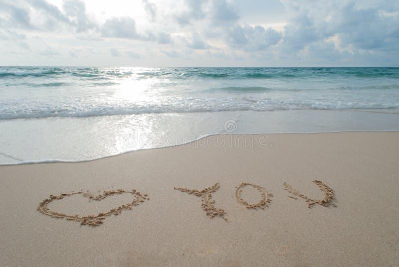 Uttryckaförälskelsen dig som är skriftlig i sanden på en strand på den Phuket islaen arkivbilder