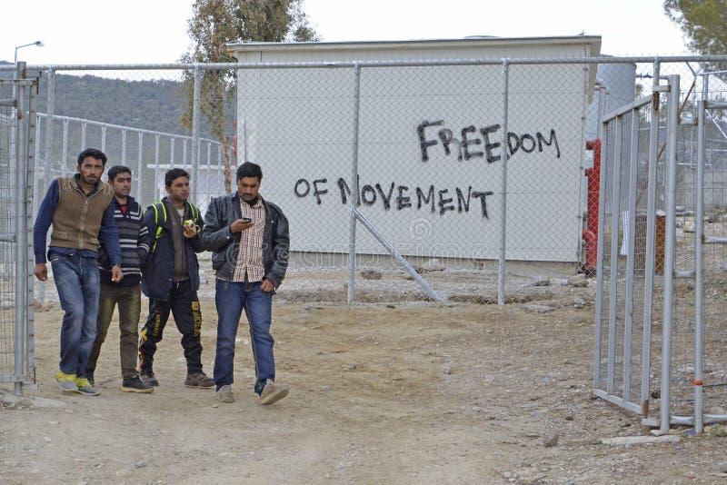 Uttrycker skriftligt av flyktingar och volontärer på väggar på greken I arkivbilder