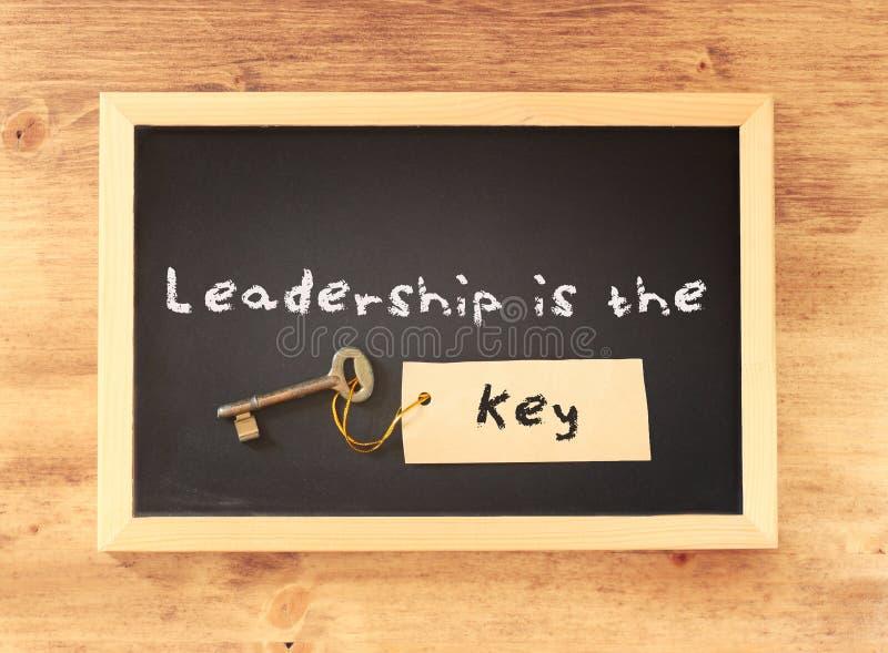 Uttrycket - ledarskap är tangenten som är skriftlig på svart tavla fotografering för bildbyråer