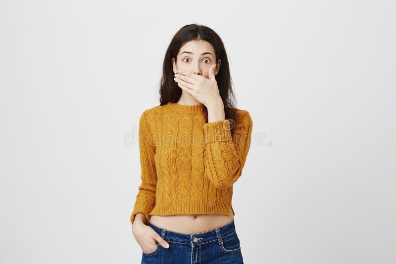 Uttrycks- och känslabegrepp för mänsklig framsida Attraktiv förvånad kvinnlig beläggningmun och se med viddaögon arkivfoton