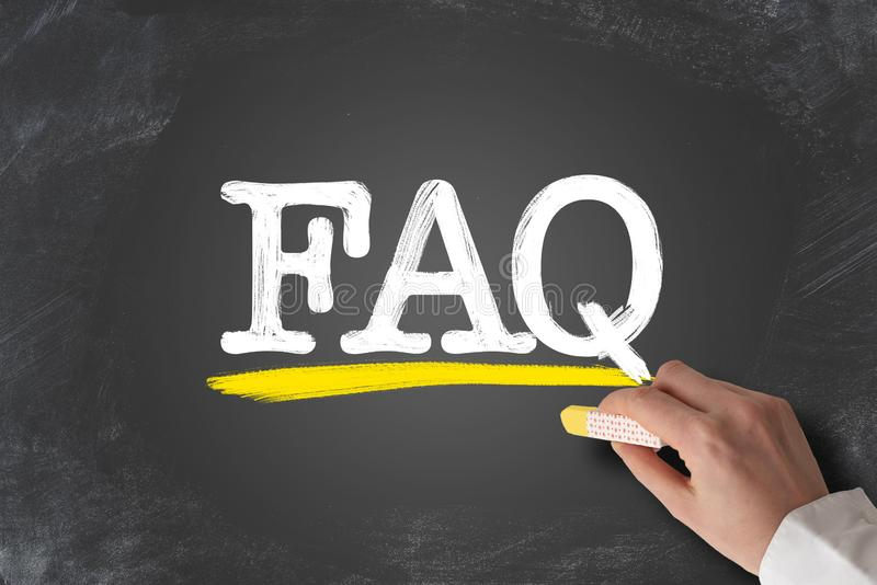UttrycksFAQ, vanliga frågor som är skriftliga på den svart tavlan royaltyfri foto