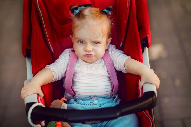 Uttrycksfull flicka i vagn royaltyfria bilder