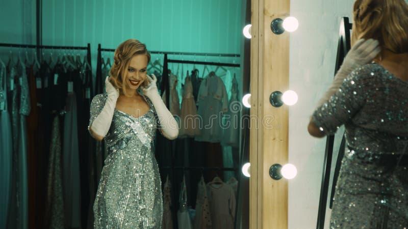 Uttrycksfull kvinna som förbereder sig för kapacitet i loge royaltyfria bilder