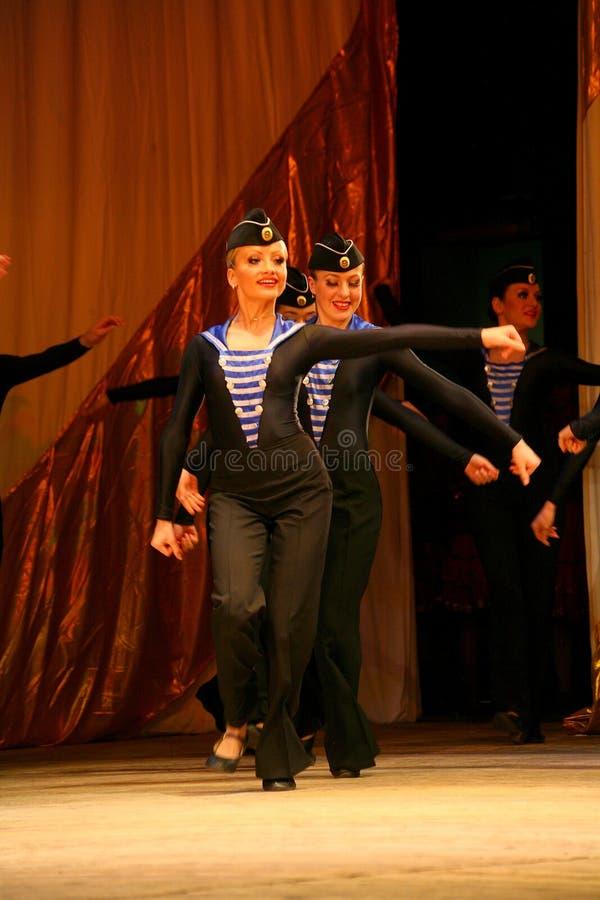 Uttrycksfull livlig dans av rött av revolutionära sjömän arkivbild