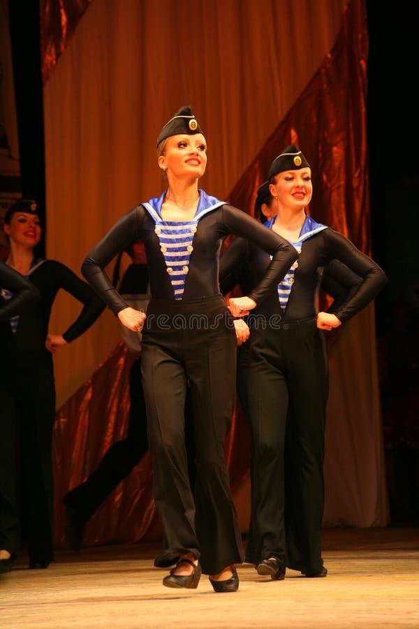 Uttrycksfull livlig dans av rött av revolutionära sjömän fotografering för bildbyråer