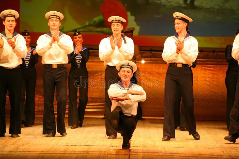 Uttrycksfull livlig dans av rött av revolutionära sjömän royaltyfri foto