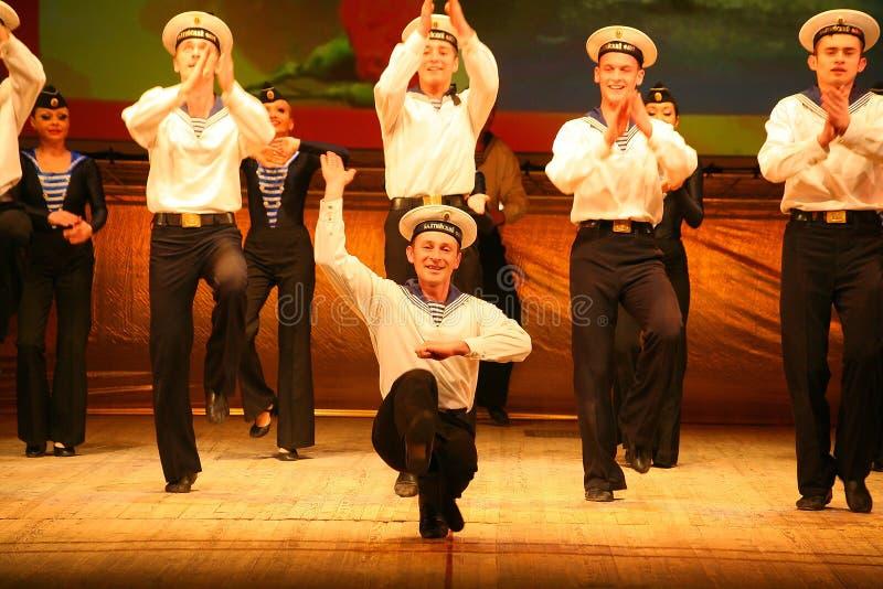 Uttrycksfull livlig dans av rött av revolutionära sjömän arkivfoto