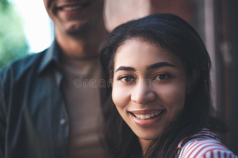 Uttrycksfull ung kvinna som ler, medan se dig royaltyfria bilder