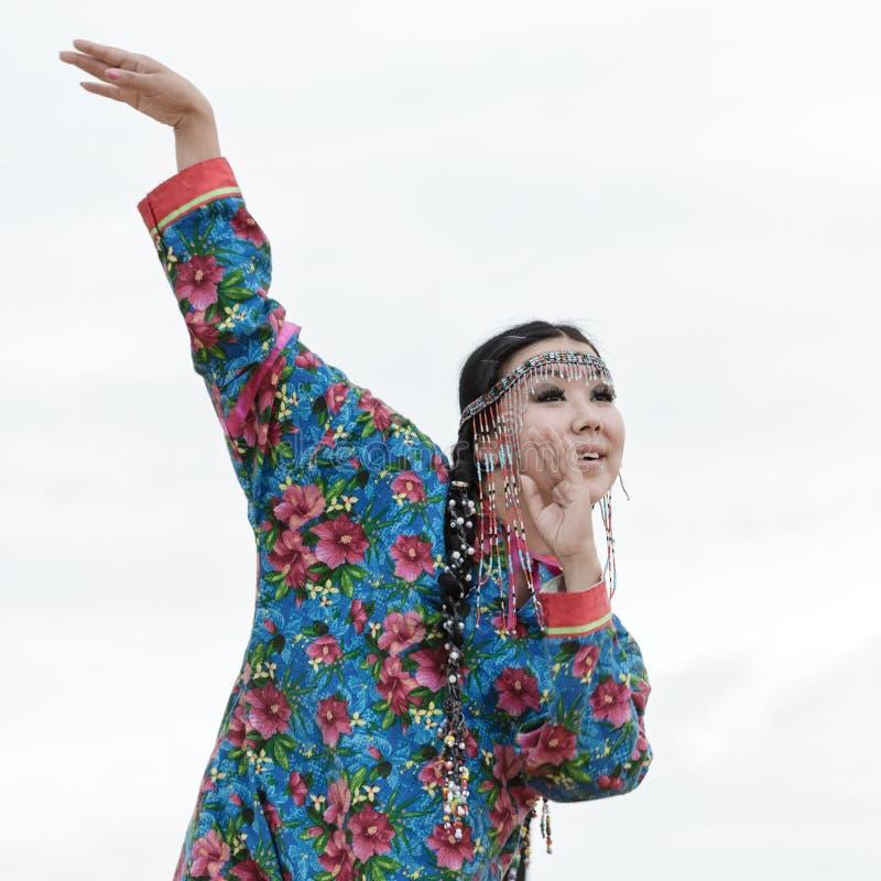 Uttryckskvinnadans - dansareKoryak Folk Dance helhet Angt (Kamchatka, Ryssland) arkivbild