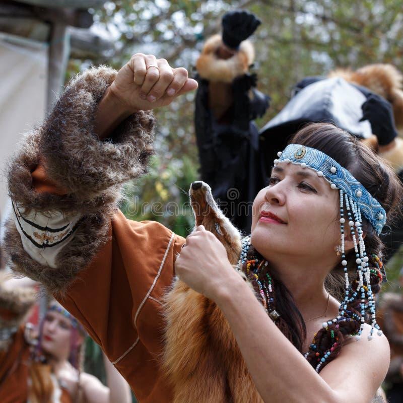 Uttryckskvinnadans i klädaboriginer av Kamchatka fotografering för bildbyråer