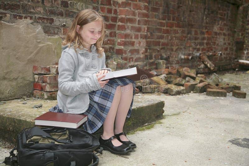 utvändig avläsningsschoolgirl royaltyfri fotografi