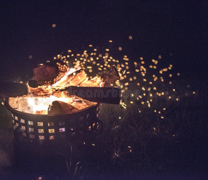 Utvändig brandinsida av en brandsäker kanister med glöd i luften royaltyfria foton