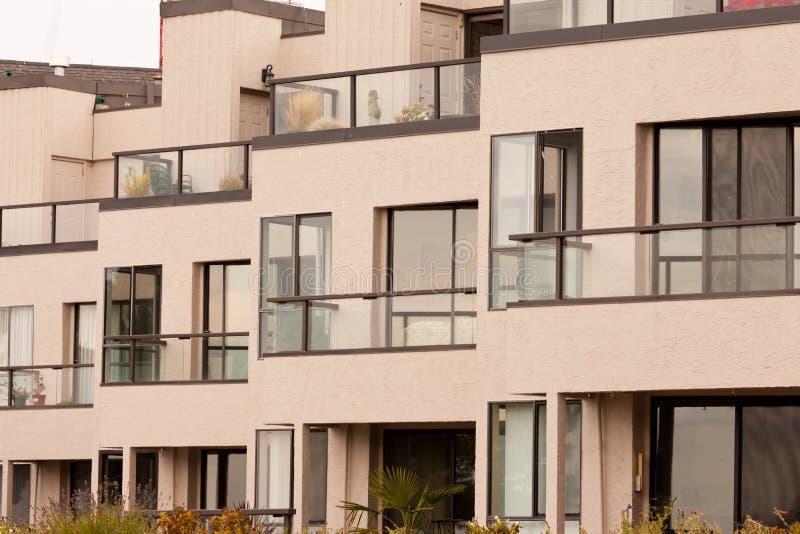 Utvändig facade av modern flerfamiljshusbyggnad royaltyfri foto