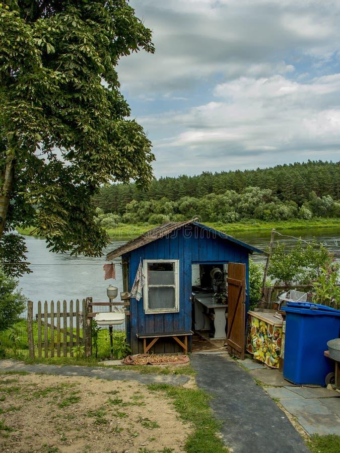 Utvändig kökhydda nära floden fotografering för bildbyråer