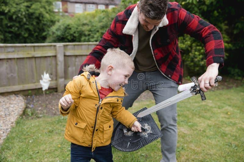 utvändig leka son för fader royaltyfria bilder